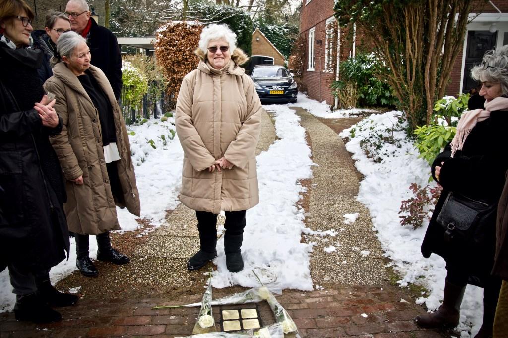 Esther Mossel bij de struikelstenen voor haar geboortehuis aan de Van Foreestlaan. Foto: Stip Fotografie  © Uitkijkpost Media B.v.