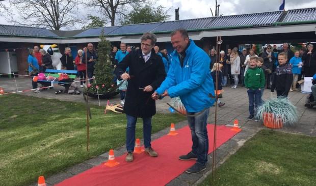 Wethouder Antoine Tromp (L.) en Voorzitter Stichting De Zien Jan Ros openen zwemseizoen 2017