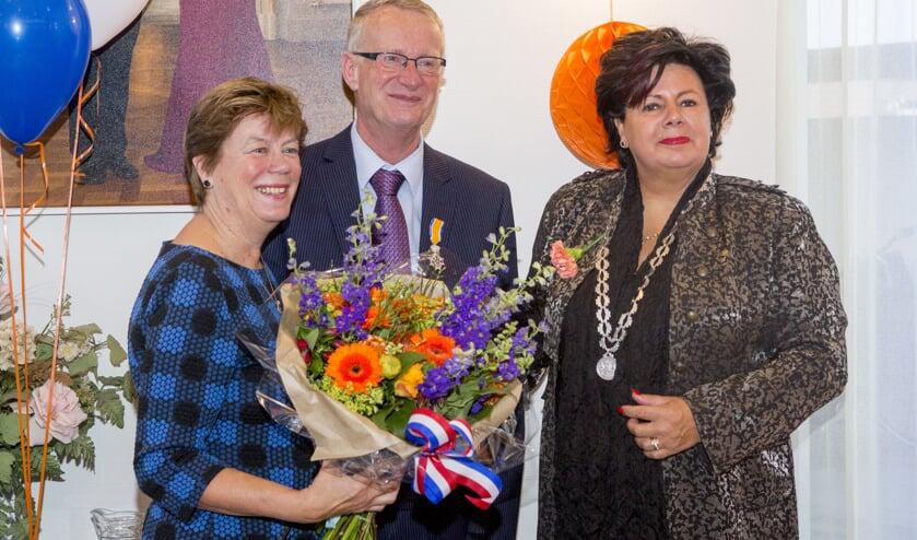Cor Duinmaijer met links zijn vrouw Annelies en rechts burgemeester Wendy Verkleij