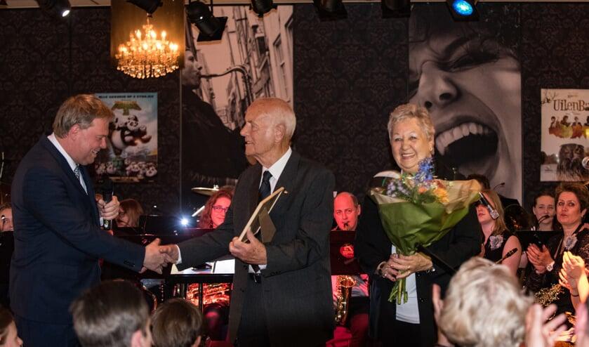 Gé van den Brink ontvangt oorkonde uit handen van Rob Opdam