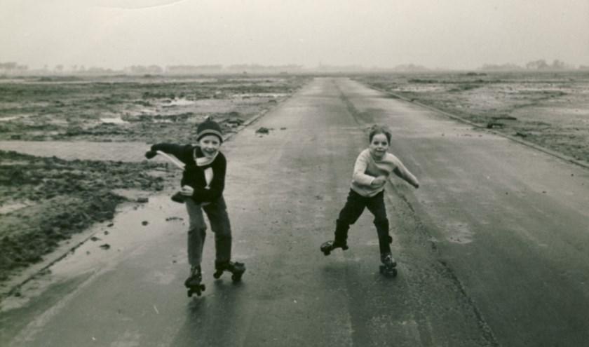In maart werd deze foto van Marco Bruinsel en René Stet, rolschaatsend over het Braveld, verkozen tot beste foto van de Oosterbuurt/Molendijk-Zuid. De Molendijk werd op dat moment bouwrijp gemaakt.