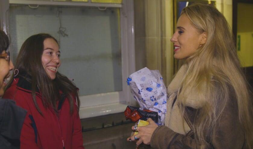 Iris heeft in Londen een meet-and-greet met haar musicalidool Celinde Schoenmaker