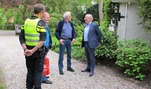 De deelnemers aan de schouw (o.a. Burgemeester Romeyn) in gesprek met een buurtbewoner. Bron: www.buurtpreventieheiloo.nl