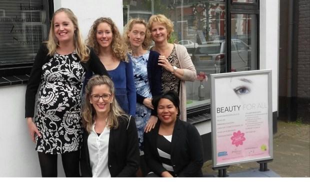 Achteraan vlnr: Marcha van Dalen, Melissa Buijs, Jolanda Molenaar, Nel Baltus; voor: Michelle Meijer, Madelon Plugboer