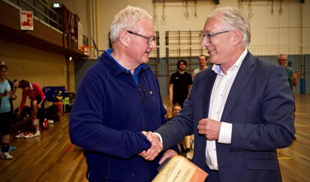 Onderscheiden Peter Busink samen met burgemeester Hans Romeyn