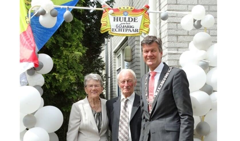 Burgemeester Mans en het echtpaar Klaas en Tiny de Goede-Dekker in Limmen