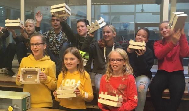 De leerlingen staken de handen uit de mouwen en tonen trots het resultaat!