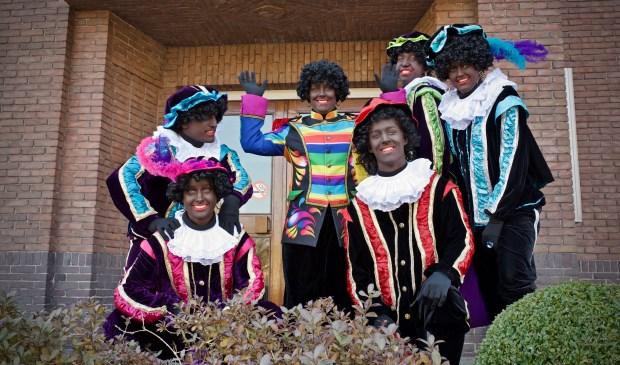 Op het bordes van het gemeentehuis wilden de Pieten wel even poseren voor een foto.