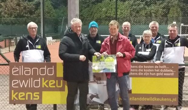 Rob Kuiper van Eiland de Wild Keukens overhandigt de cheque aan Lideke van Riel van 't Beestenboetje.