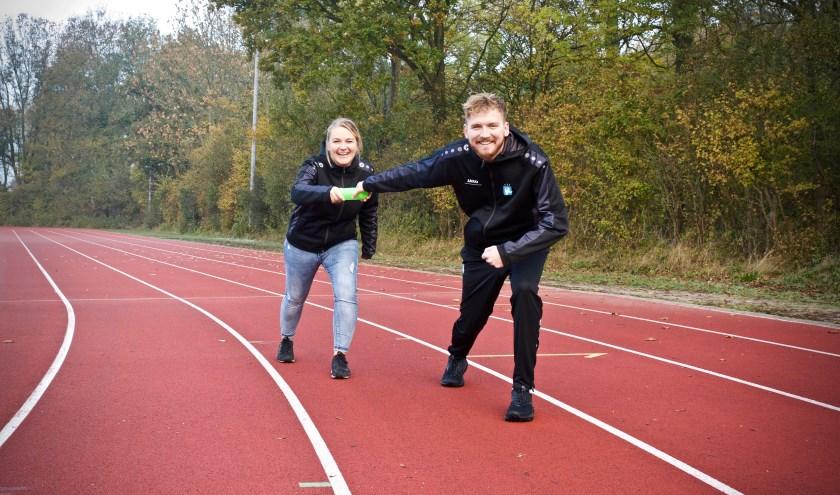 Pascale de Hoogh geeft het stokje van buurtsportcoach door aan Bart Ploeger.