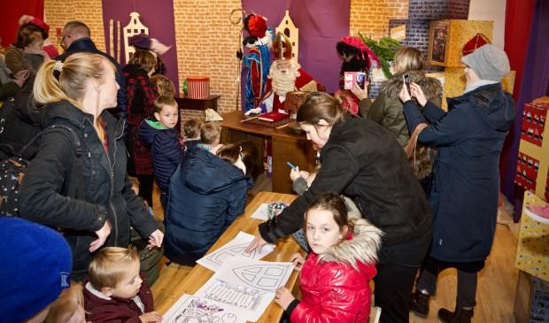 Sinterklaas heeft het Sinterklaashuis geopend en niet alleen kinderen kwamen een kijkje nemen.