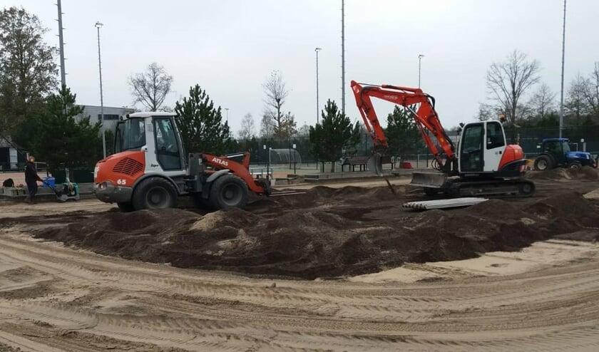 De aanleg van de padelbanen verloopt voorspoedig.