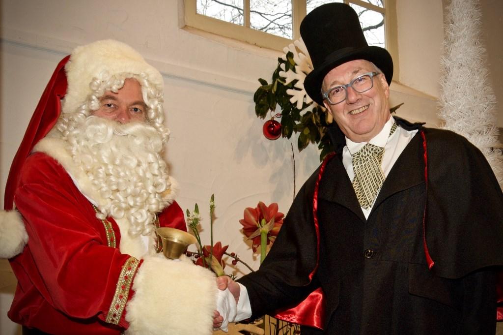 De burgemeester dankt de kerstman voor zijn komst naar Heiloo. Foto: STiP Fotografie © Uitkijkpost Media B.v.