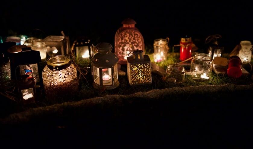 Vele lichtjes werden op de duim geplaatst bij het woord 'kracht'