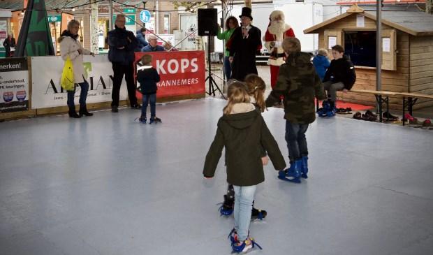 Burgemeester Hans Romeyn opent samen met de kerstman de schaatsbaan, onderdeel van Heiloo on ice.