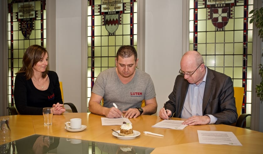 Wethouder Fred Dellemijn en André Luten ondertekenen de koopovereenkomst. Vlnr. Mieke Luten, André Luten en wethouder Fred Dellemijn