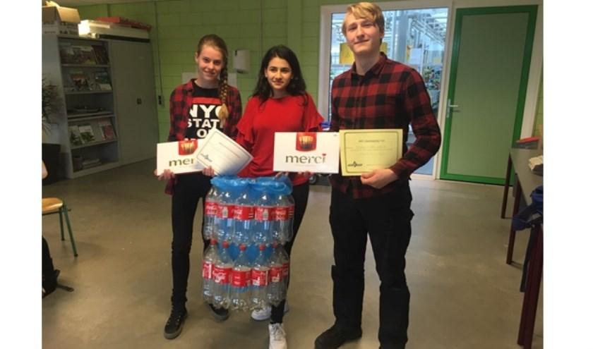 Winnaars Floor van der Wolf, Nazik Simonian, Björn Mannaart met hun PETflessenprullenbak