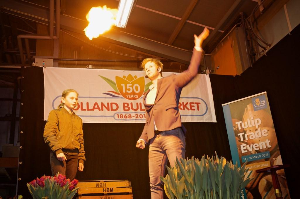Speelkaart harten acht gaat in vlammen op. STiP Fotografie © Uitkijkpost Media B.v.