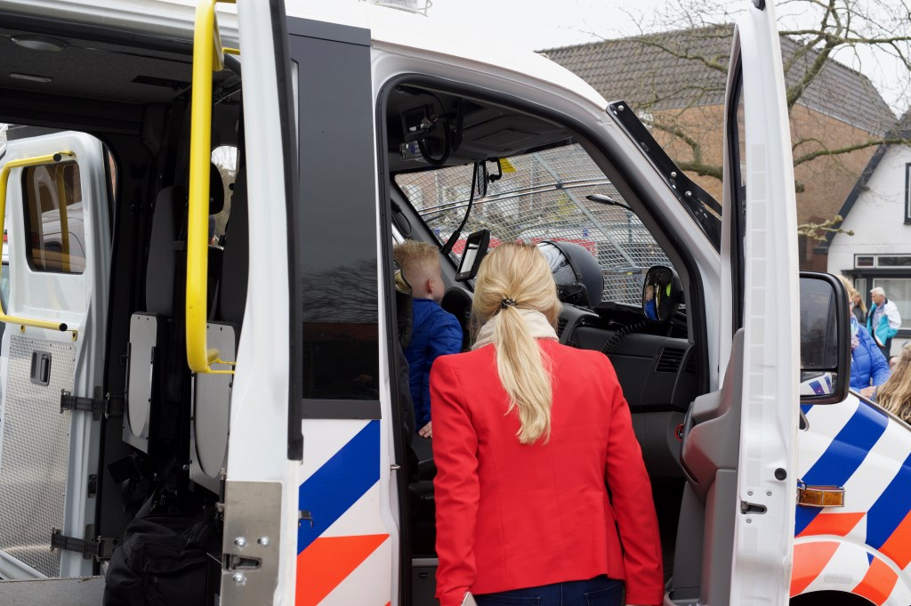 Hoe klein je ook bent, een politieauto is en blijft mooi om in te zitten. STiP Fotografie © Uitkijkpost Media B.v.