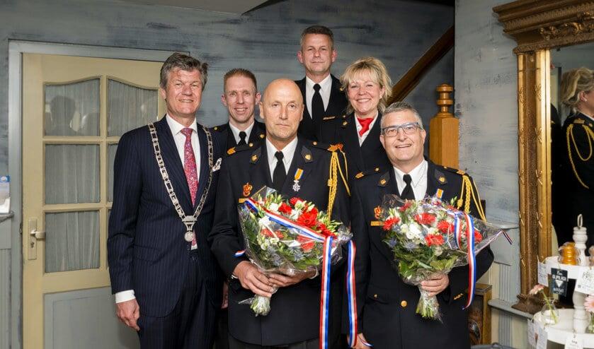 Vlnr: Burgemeester Toon Mans, plv teamcommandant Hakan Meijer, John Hanskamp, Postcommandant Ton Dekker, teamcommandant Petra Abma en Hans Roemer