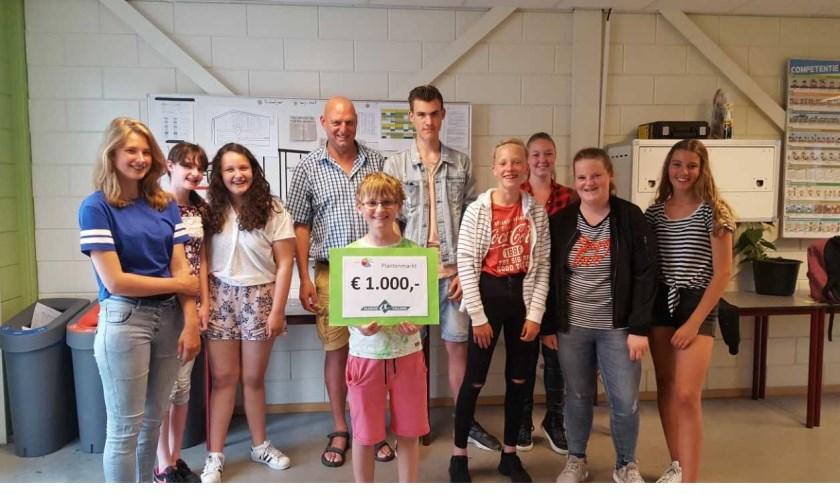 De plantenmarkt van het Clusius College Castricum was dit jaar een groot succes er werd flink verkocht en dus kon er een flink geldbedrag overhandigd worden