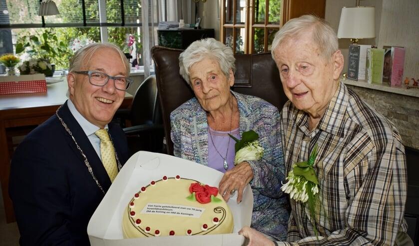 Burgemeester Hans Romeyn nam een taart mee namens de koning en de koningin.