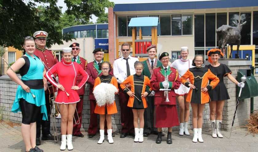 Bandleden en majorettes liepen in de verschillende uniformen van de afgelopen 50 jaar.