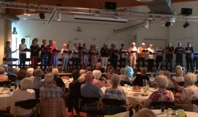 Het Oratoriumkoor Heiloo onder leiding van Paul Waerts.