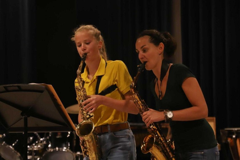 Sofie is tijdens het buitenconcert te horen in het opleidingsorkest. Op de foto staat ze samen met haar docente Kim Hoogvliet.