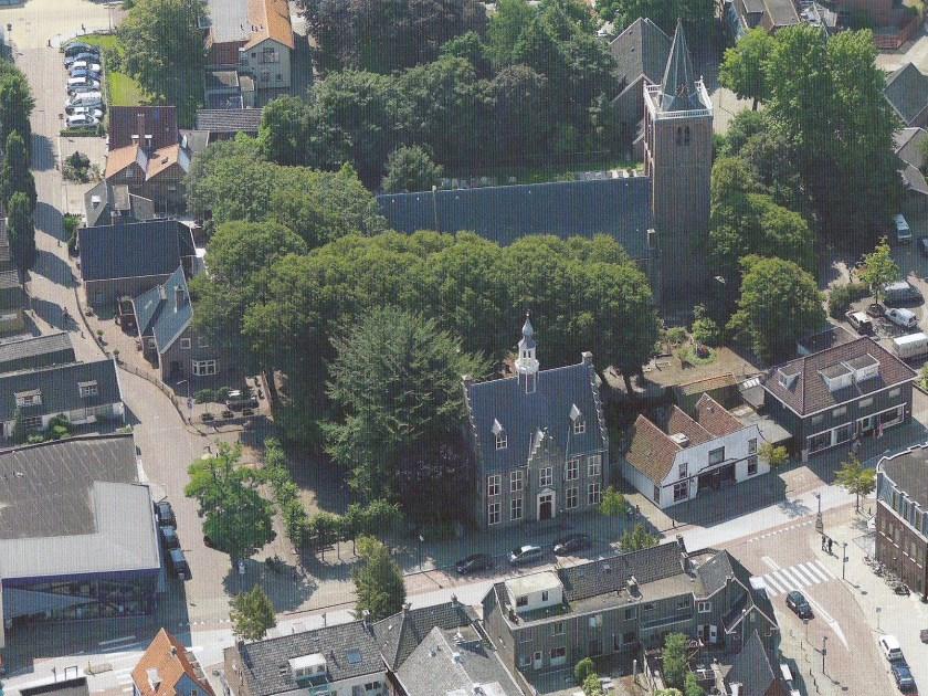 Ons dorp op een van de luchtfoto's van de nieuwe expositie.