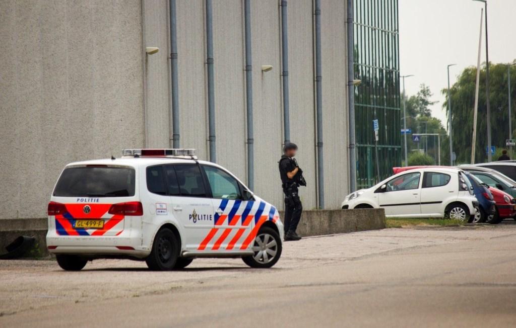 Zwaarbewapende agenten op het terrein van Van der Lem BV Foto: Ruben Noom © Uitkijkpost Media Bv.