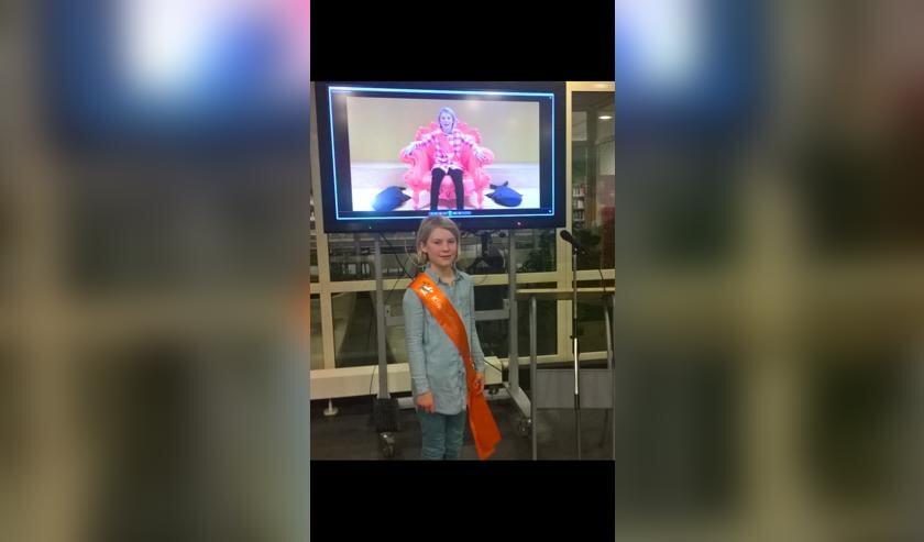 Kinderdirecteur Lotta Sengers, met de beelden van haar vlog op de achtergrond.