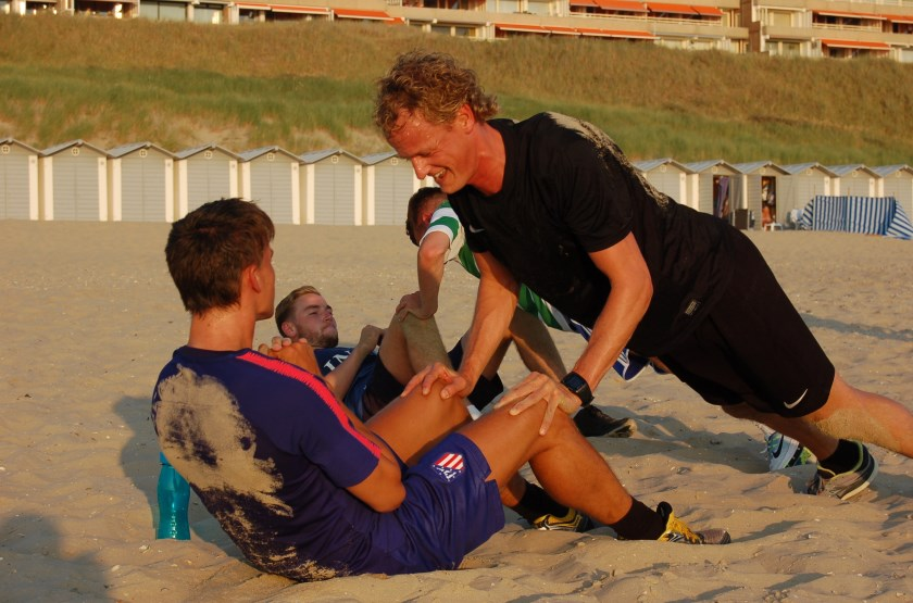 Tim van Hekken (rechts) deze zomer in actie tijdens de voorbereiding op voetbalseizoen 2018-2019 op het strand in Egmond aan Zee.