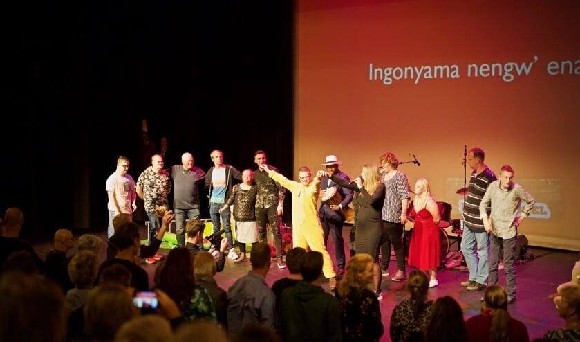 Alle artiesten van de achtste editie van Showhero op het podium.
