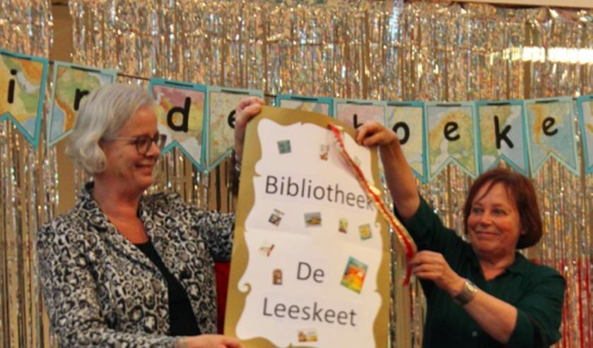 Onderwijswethouder Elly Beens en bibliotheekdirecteur Jeannette Braam openen de nieuwe schoolbibliotheek op CBS de Duif.