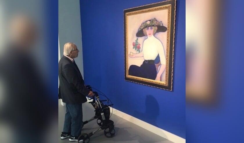 Dokter Naessens bezoekt regelmatig verschillende musea. Hier bekijkt hij werk van L. Gestel.