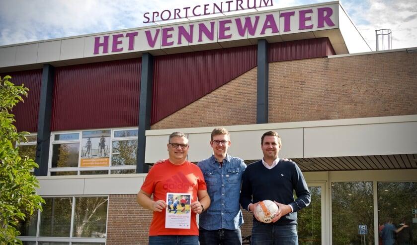 De mede-initiatiefnemers van het zaalvoetbaltoernooi op 23 oktober:  Jeroen Bonhoff, Koen de Jong en Stephan de Jong.