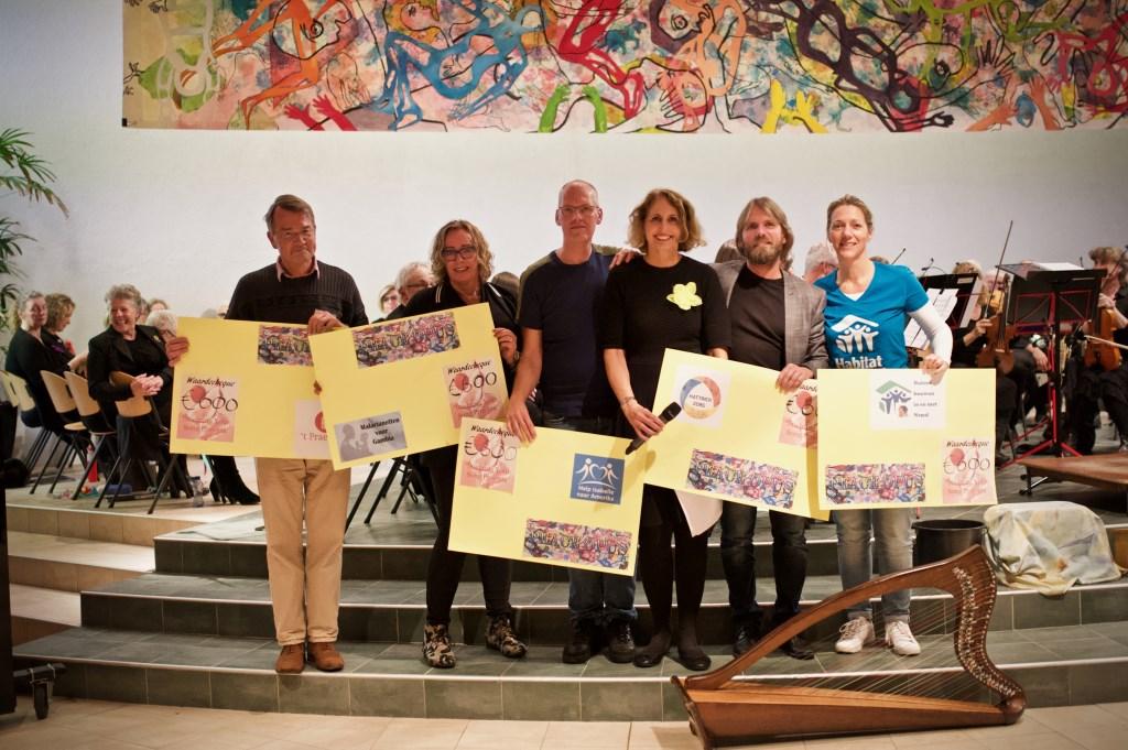 Vijf goede doelen mochten een cheque in ontvangst nemen. Vlnr.: Kees van Straaten, Carina Berger, Paul Gokke, Myriam de Sain (initiatiefneemster), Patrick Rupsam en Tanja v.v. Linde. Foto: STiP Fotografie © Uitkijkpost Media B.v.