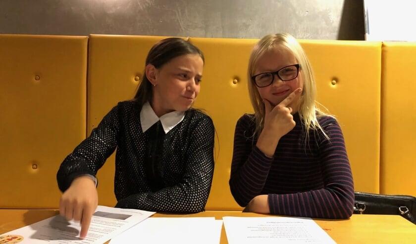 Eliza de Vink (L) en Fien Reulen (R) bespreken belangrijke zaken die op de agenda staan.