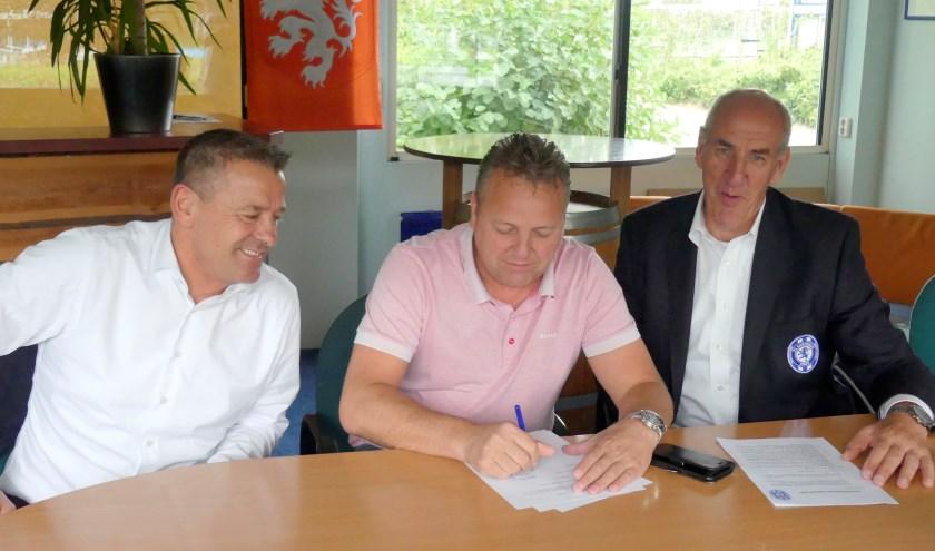 v.l.n.r; Ton Klaver (Begeleider 1e elftal FC Castricum), Jos Aarts (Directeur Zijlstra Collection) en Wim Beukers (ex-Voorzitter FC Castricum)