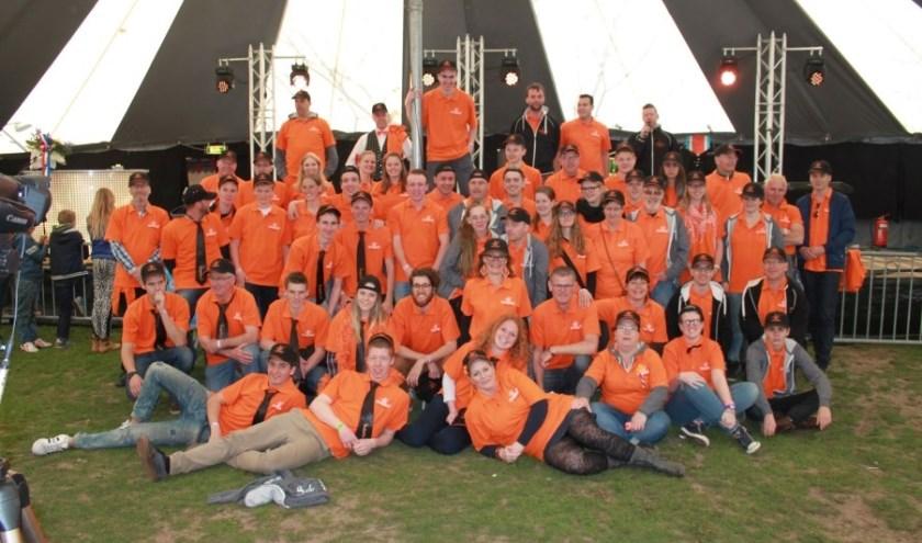 Ook de vrijwilligers van Oranjebal krijgen een bedankje.