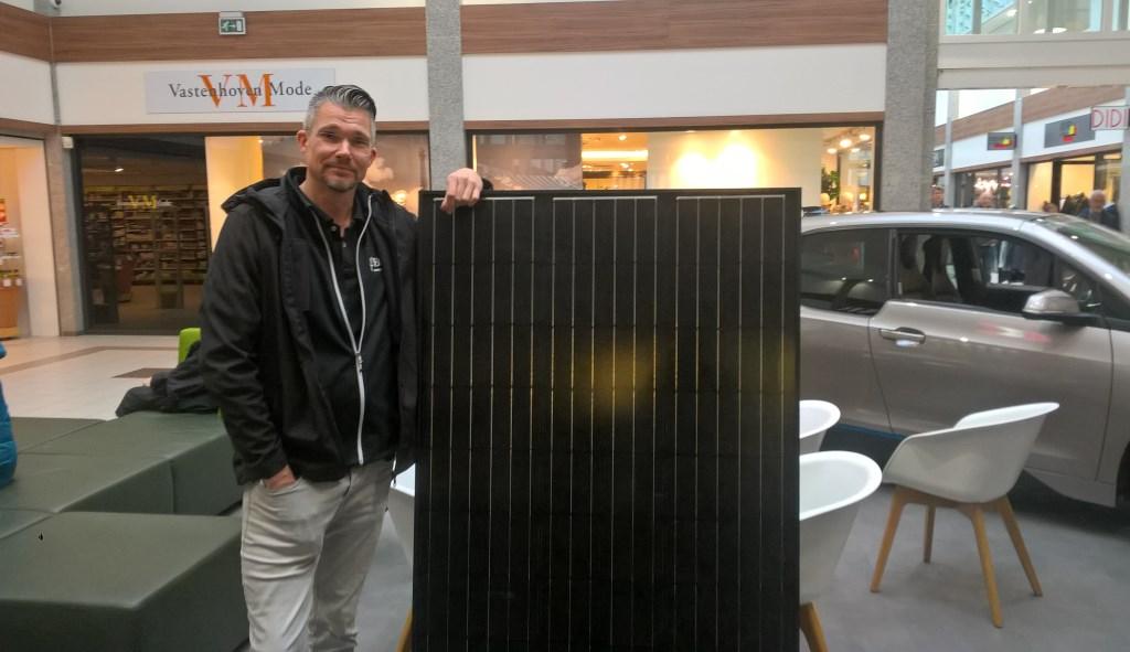 """Marc Hegeman van zonnepanelenspecialist Greeny Bros. staat naast een zonnepaneel. """"De investering heb je na een paar jaar terugverdiend en dan ga je winst maken. De energierekening gaat met zonnepanelen immers substantieel omlaag.""""  © Uitkijkpost Media B.v."""