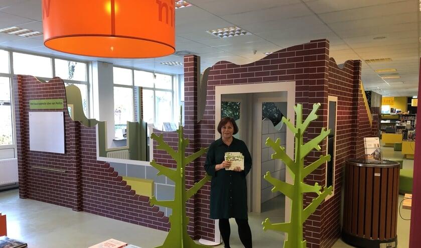 Directeur van de bibliotheek, Jeanette Braam, met door bezoekers ingevulde kaarten met duurzame tips.