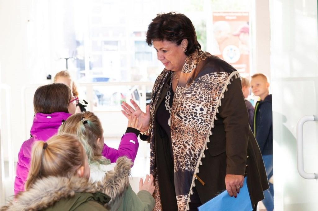 De leerlingen werden allemaal persoonlijk begroet bij binnenkomst door burgemeester Verkleij Foto: Facebookpagina gemeente Uitgeest © Uitkijkpost Media Bv.