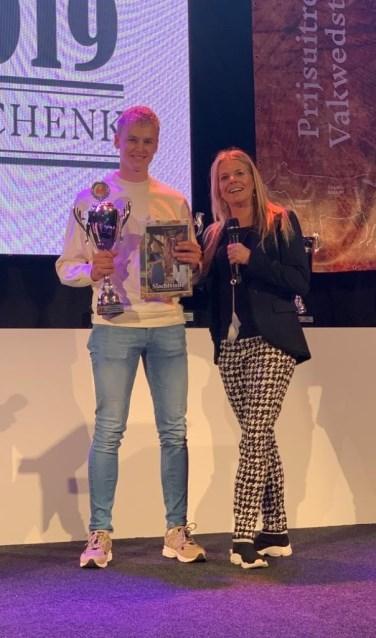 Mick Scholten ontving de prijs uit handen van Corine Boon.