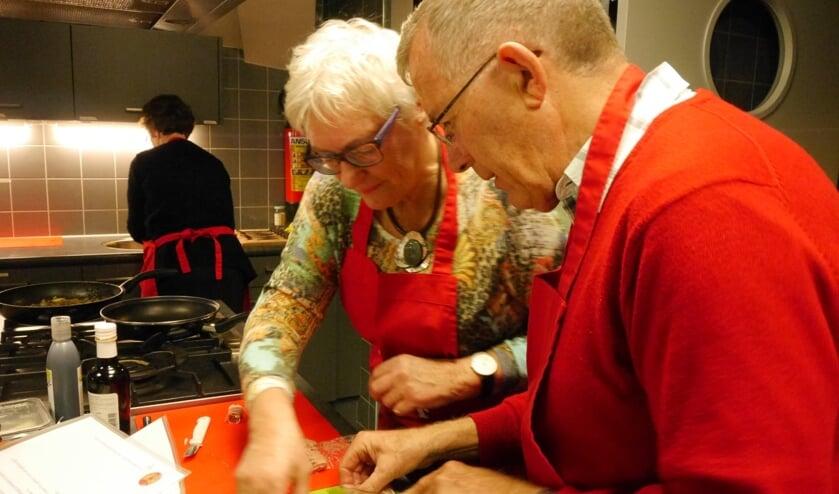 De vrijwilligers van Meet & Eat zijn lekker aan het koken.