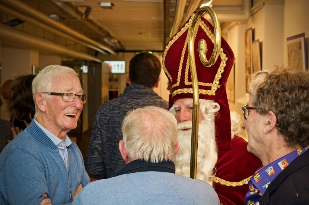 Tijdens de opening van de tentoonstelling mengt Sinterklaas zich onder de genodigden. Foto:STiP Fotografie © Uitkijkpost Media B.v.