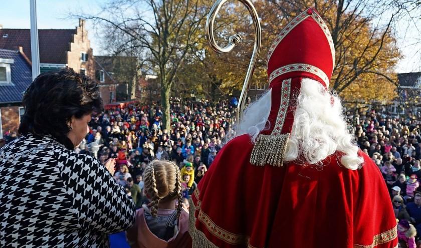 Sinterklaas werd op het Regthuys ontvangen door burgemeester Verkley en kinderburgemeester Fien