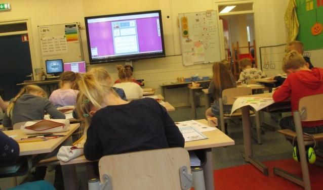 De klassen zijn groot en de werkdruk is hoog in het primair onderwijs.
