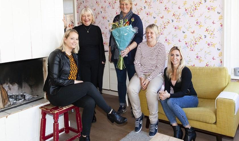 Emma Bunnink (gemeente), Cecilia van Weel (wethouder), pleegouders Carien en Janet en Cindy Ruijten (pleegzorgorganisatie)